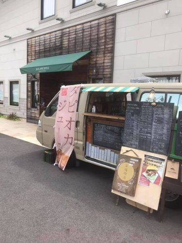 【Cafe mobile favori】カーキ色の車が目印。ステーキサンドやラテなどの移動販売